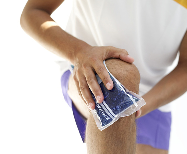 man using an ice pack on his knee
